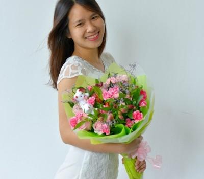 Tặng hoa cho phụ nữ ngày 8-3