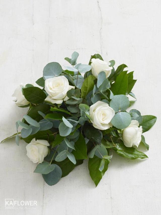 Cách cắm hoa hồng trắng để bàn